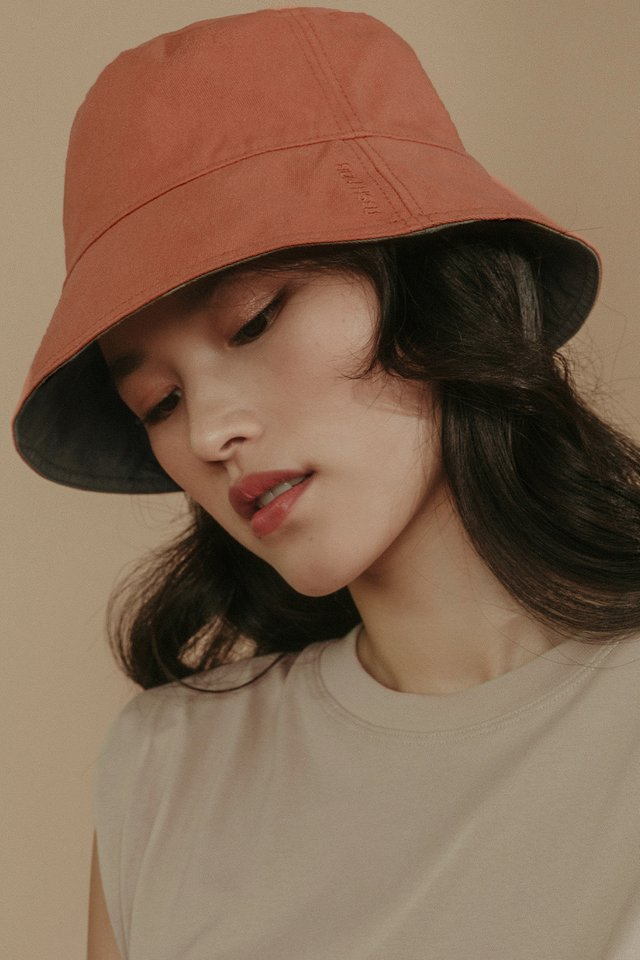 REVERSIBLE BUCKET HAT IN SQUASH OLIVE